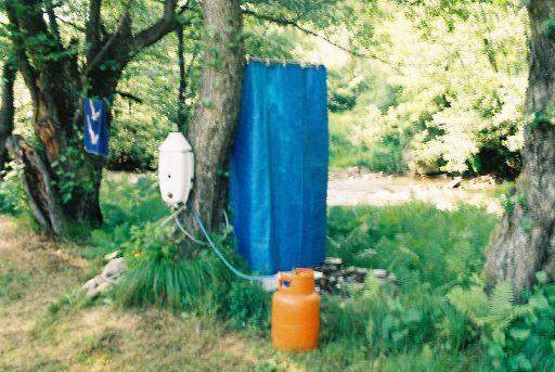 Outdoor Dusche Warmwasser : Die Warmwasser Dusche und die Toilette verleihen dem Camp einen Hauch
